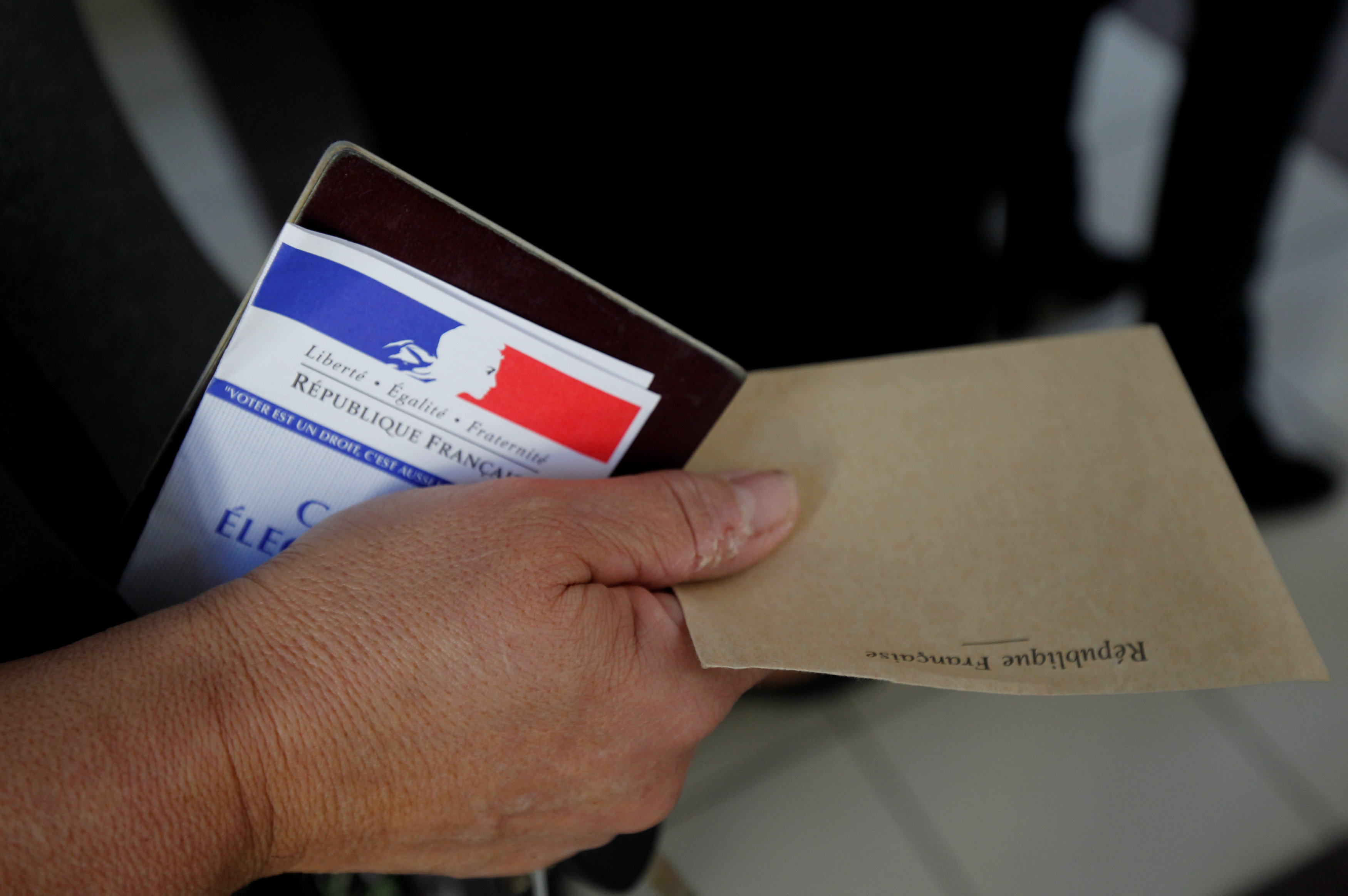 فرنسا تنتظر الرئيس الجديد.. ماكرون أم لوبان؟