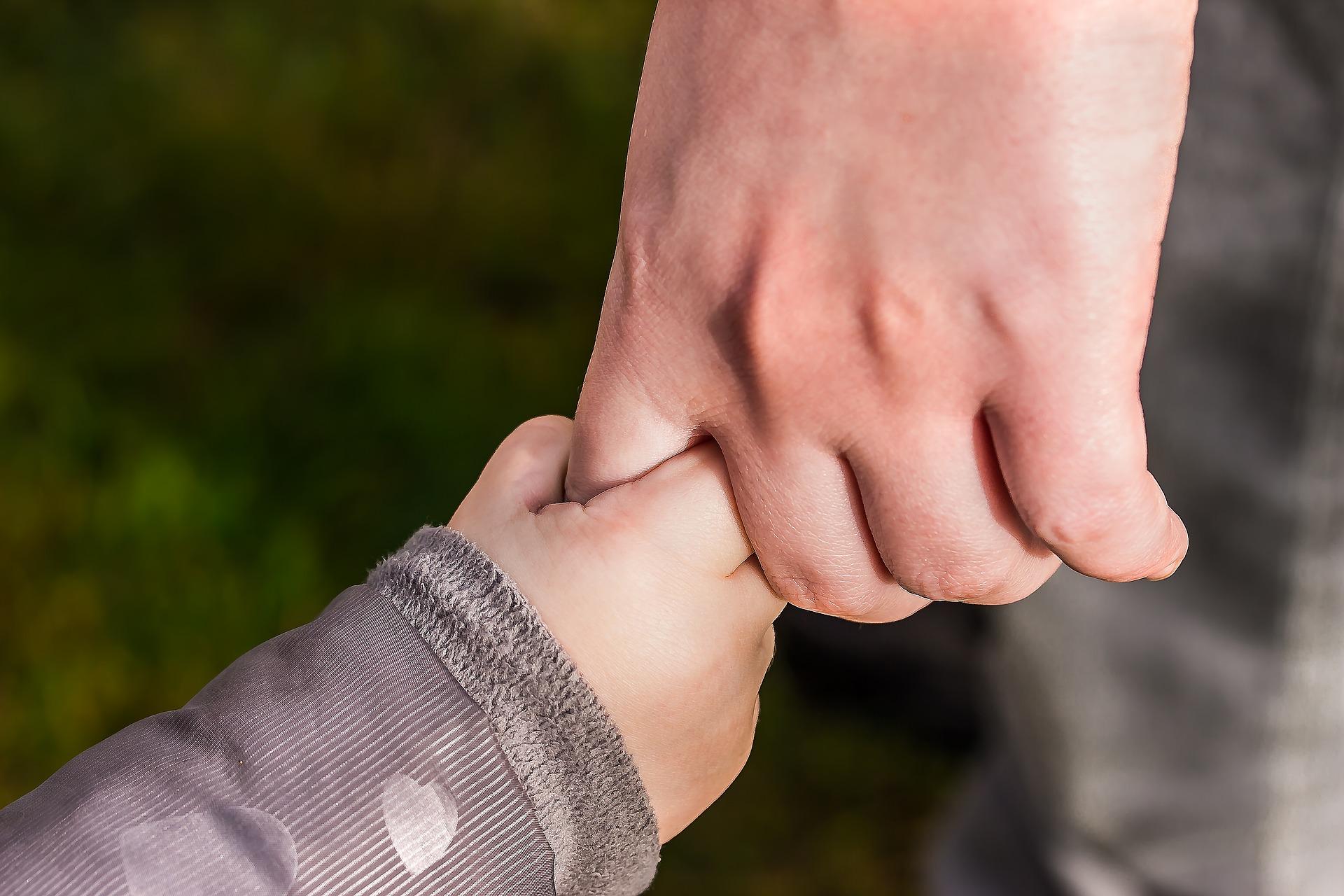 احذر .. لا ترفع طفلك من يده بعنف