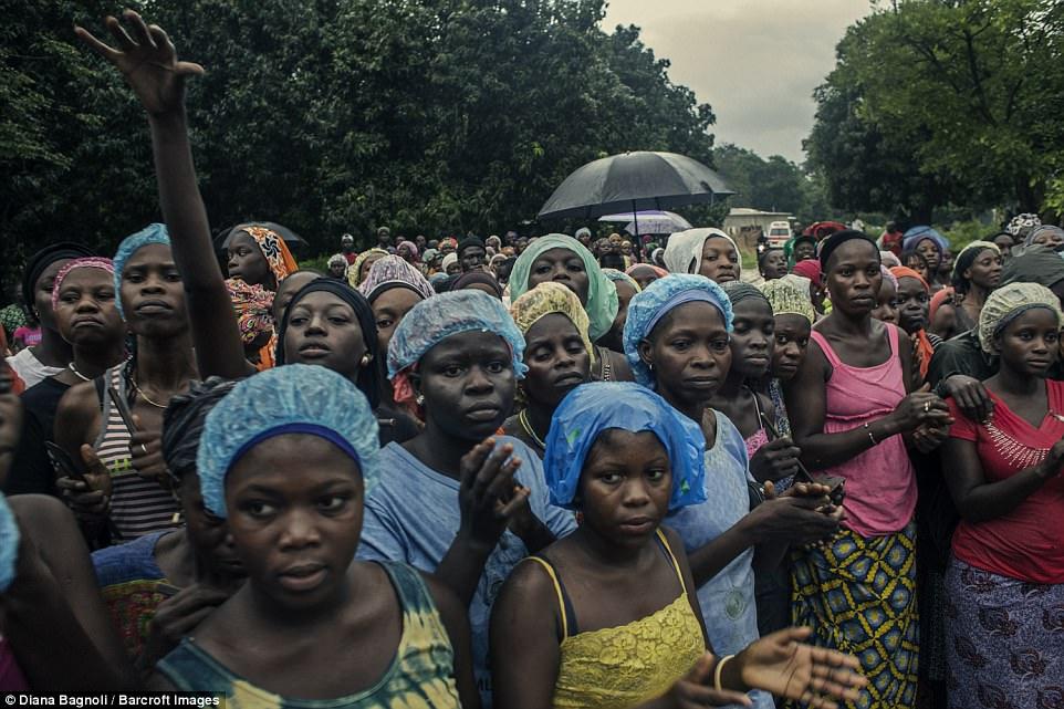 بالصور.. شاهد كيف يستعد جنود قبيلة سنغالية داخل الغابات