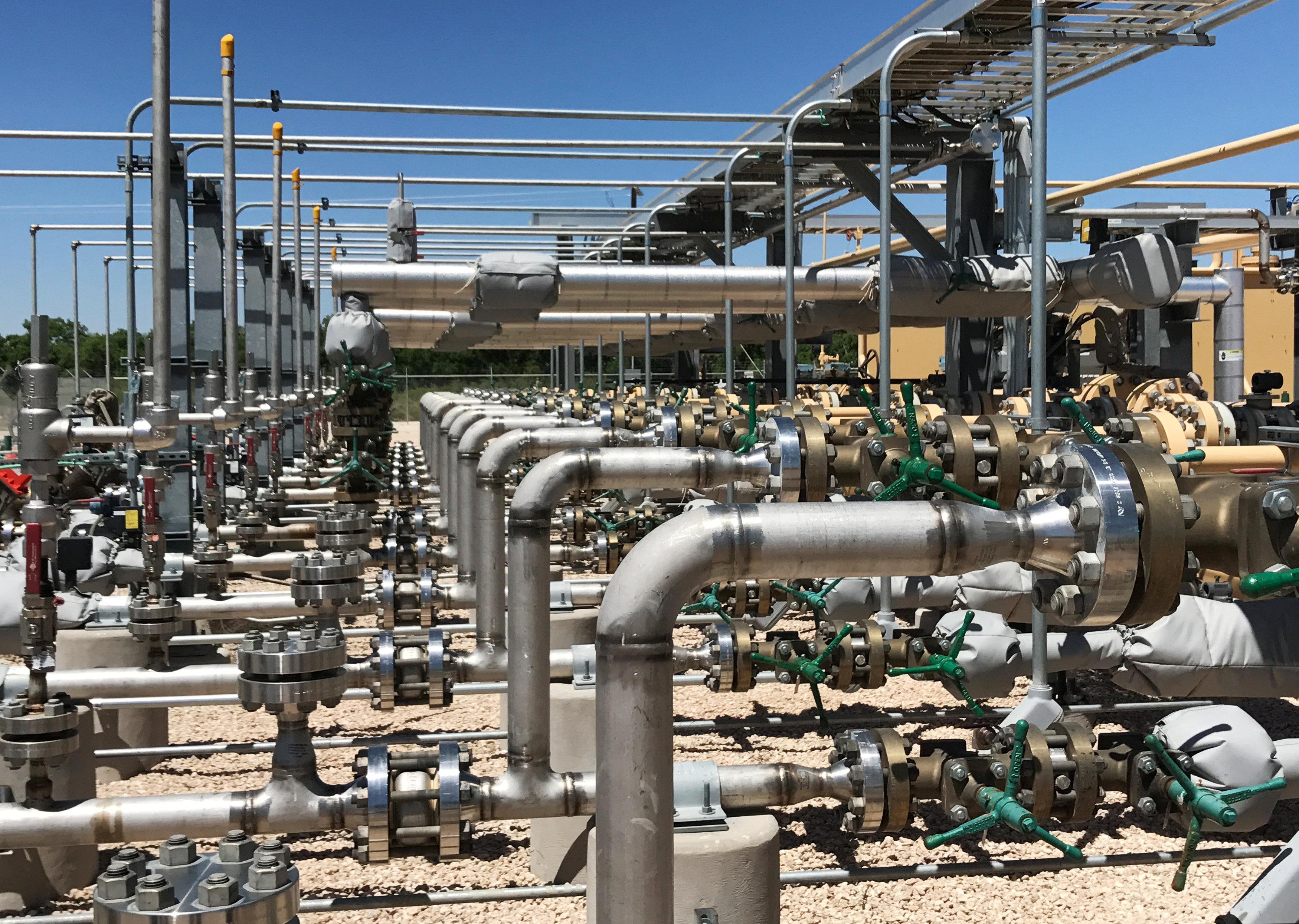 Oil edges above $49 on US drilling slowdown