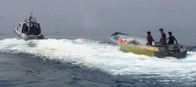 خفر السواحل تساعد قاربين في مسندم
