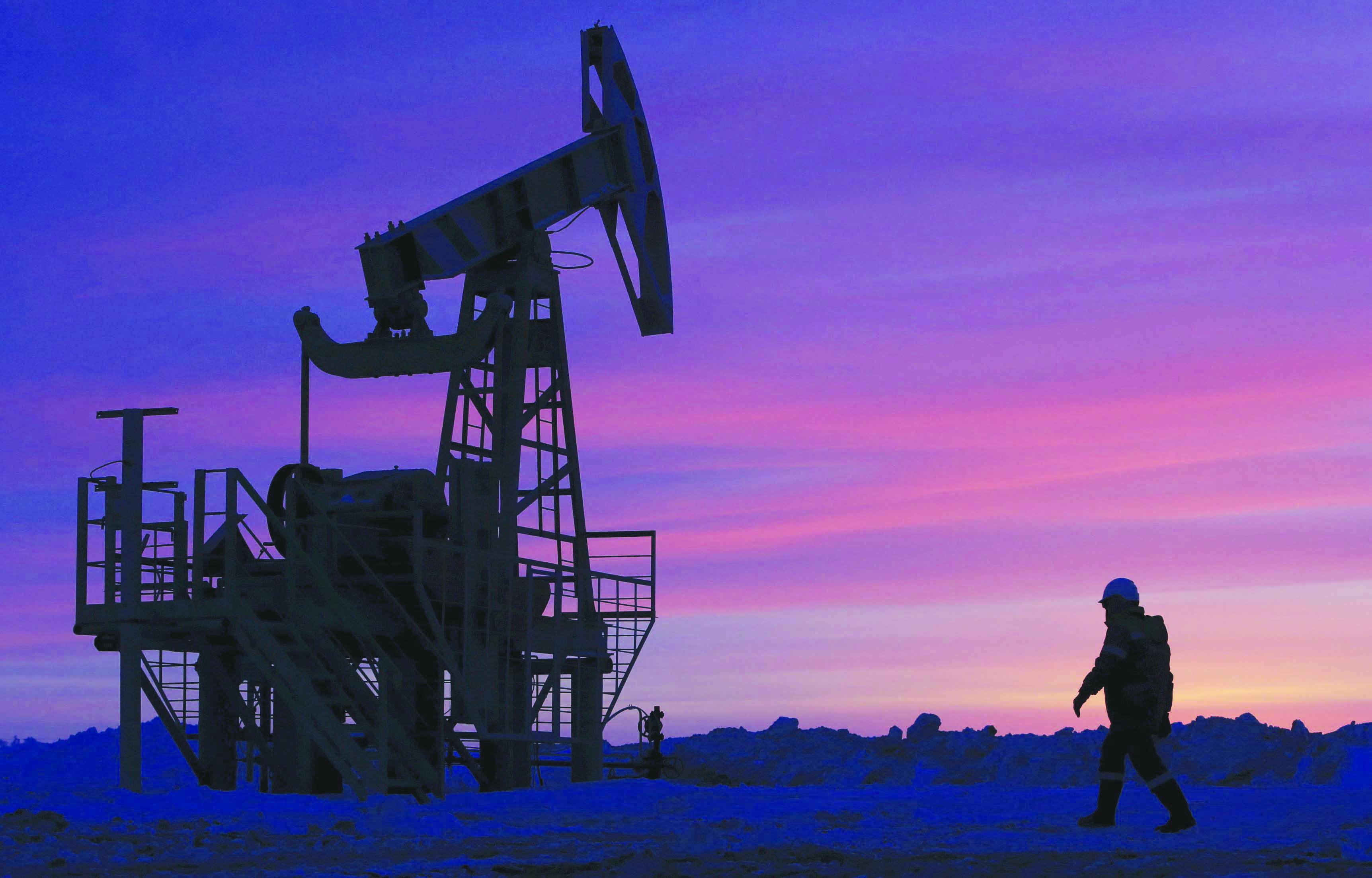 النفط يتجاوز الصدمة ويقترب تدريجياً من سعر 50 دولاراً