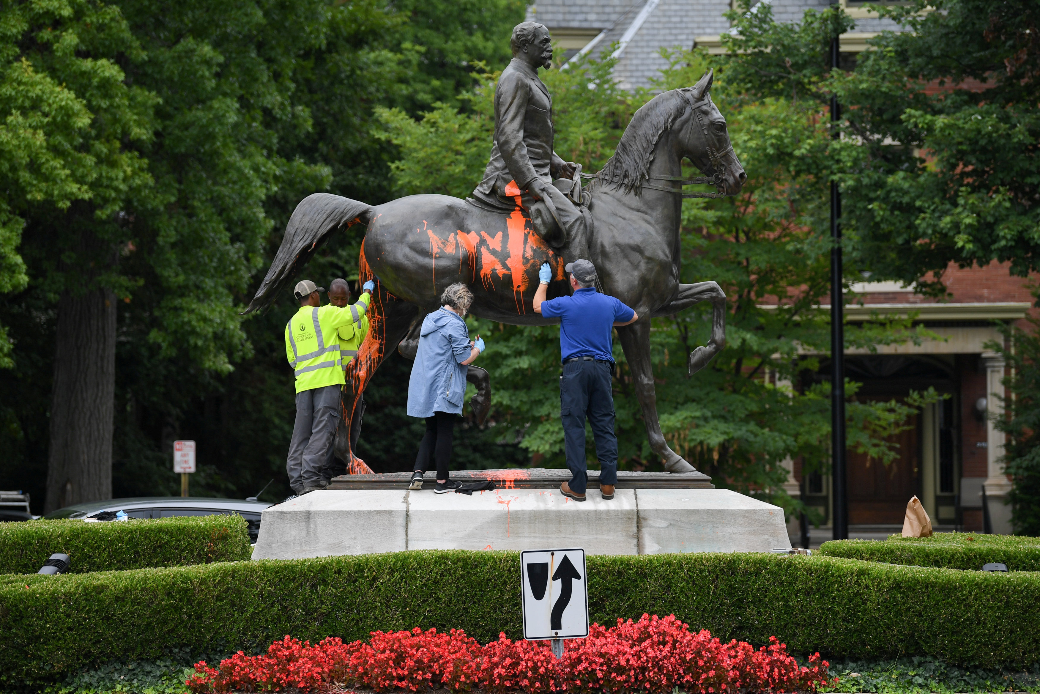 Undeterred by violence, U.S. cities ramp up removal of Confederate statues