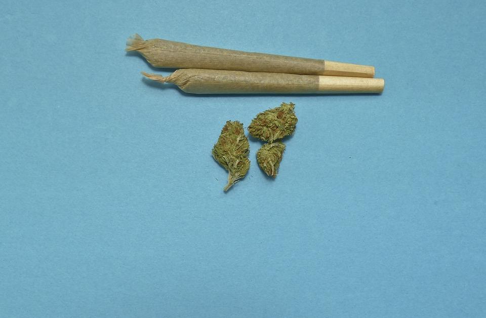 الشرطة تضبط أربعة مواطنين وآسيوي بتهمة حيازة وتجارة وتعاطي المخدرات
