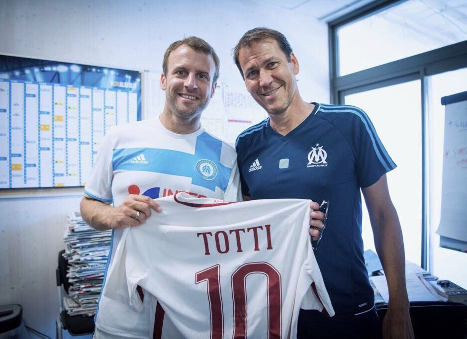 """إهداء قميص """"أمير روما"""" للرئيس الفرنسي ماكرون"""