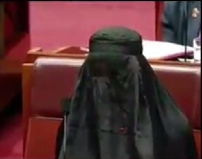 """بالفيديو: نائبة في البرلمان الأسترالي ترتدي """"النقاب"""" لسبب غريب"""