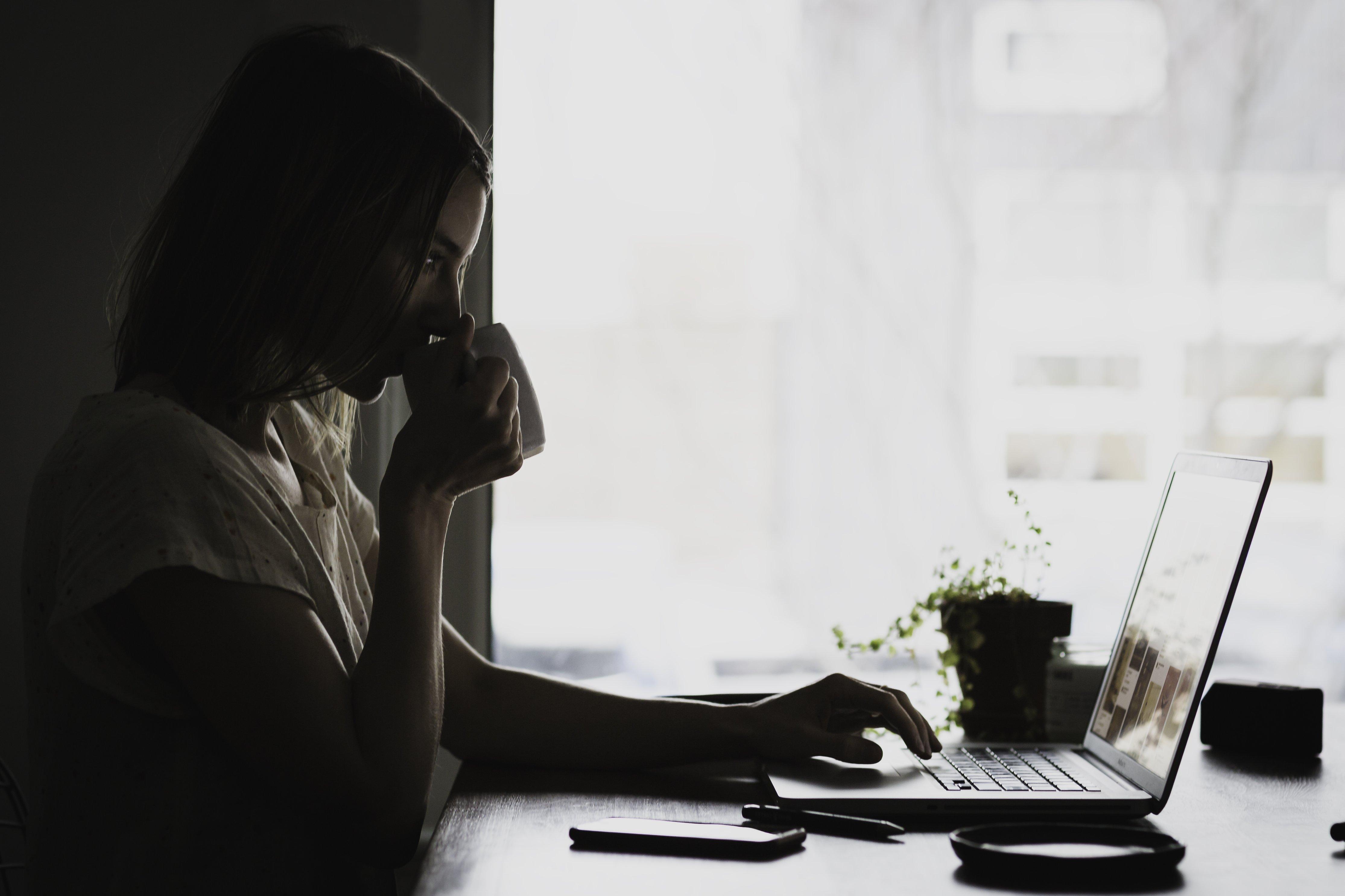 9 نصائح تجنبك آلام الظهر عند الجلوس أمام الكمبيوتر