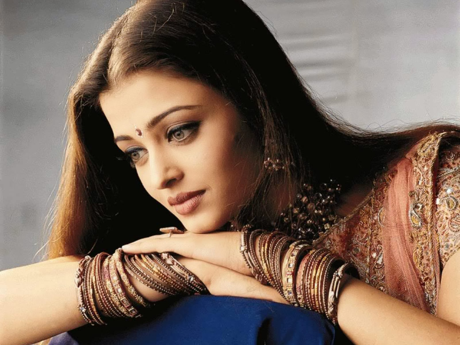 Aishwarya visits Allahabad to immerse her father's ashes