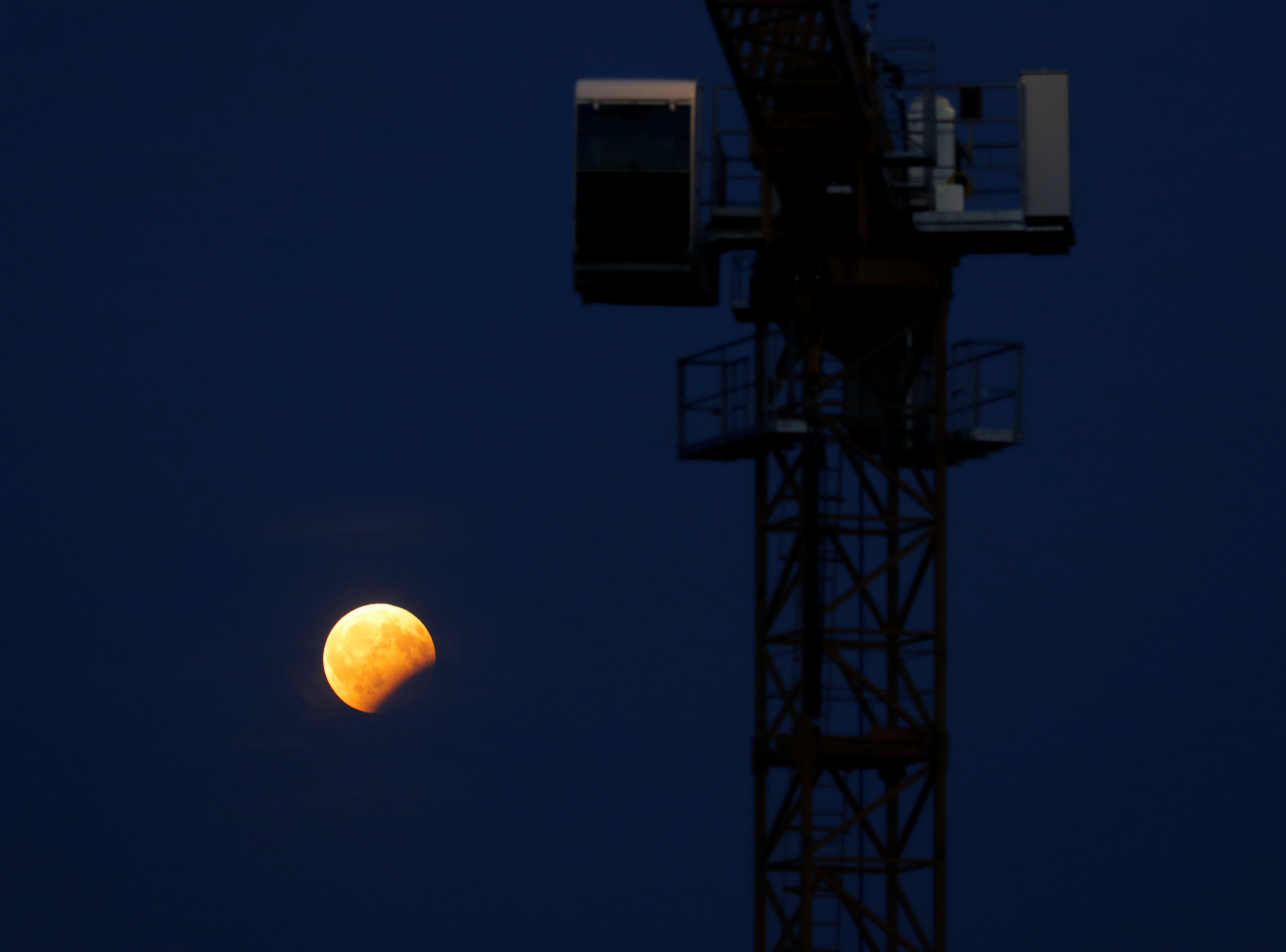 بالصور: خسوف القمر حول العالم