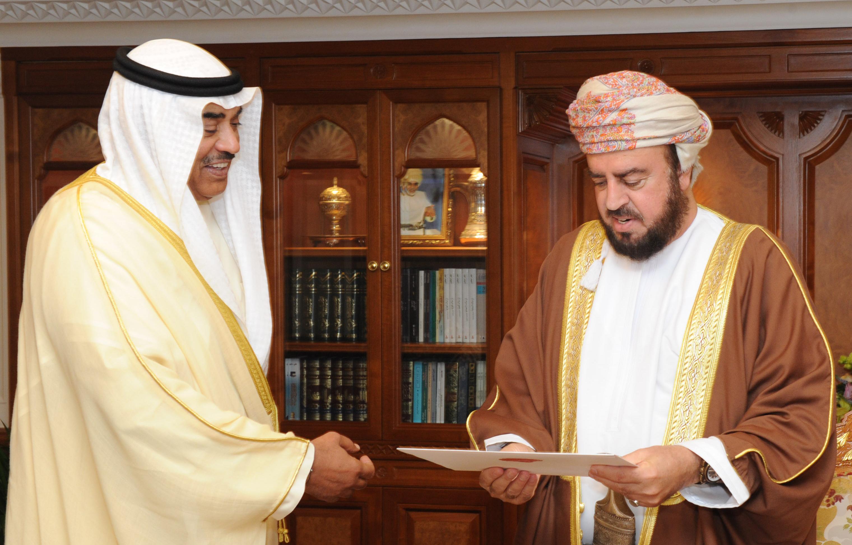 جلالة السلطان قابوس يتلقى رسالة خطية من أخيه أمير دولة الكويت