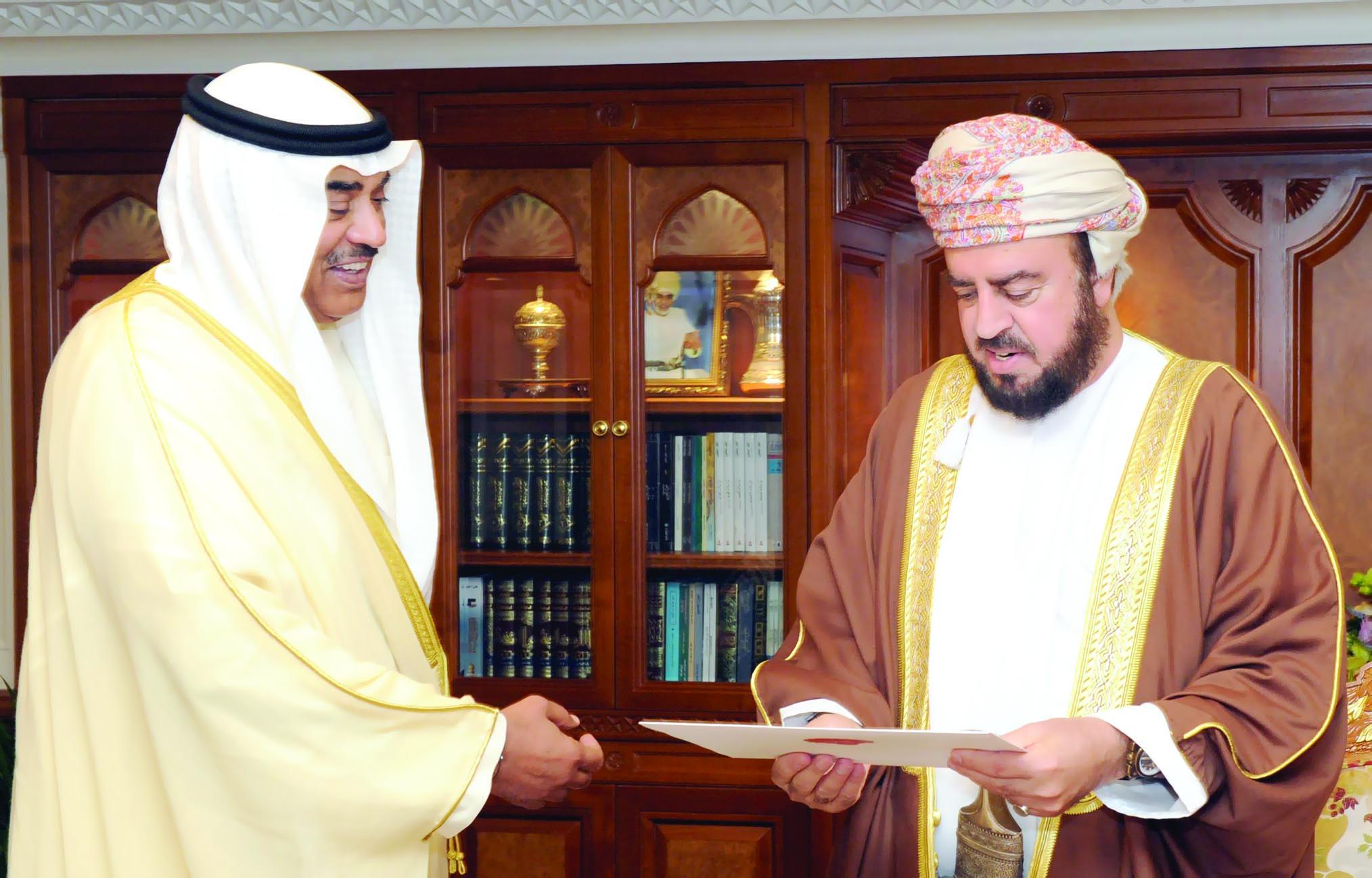 جلالته يتلقى رسالةخطية من أمير الكويت
