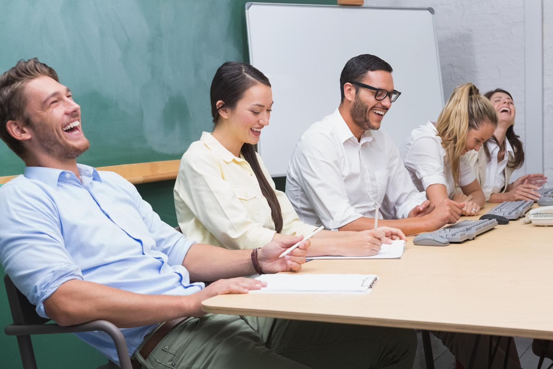5 فوائد للضحك في مكان العمل