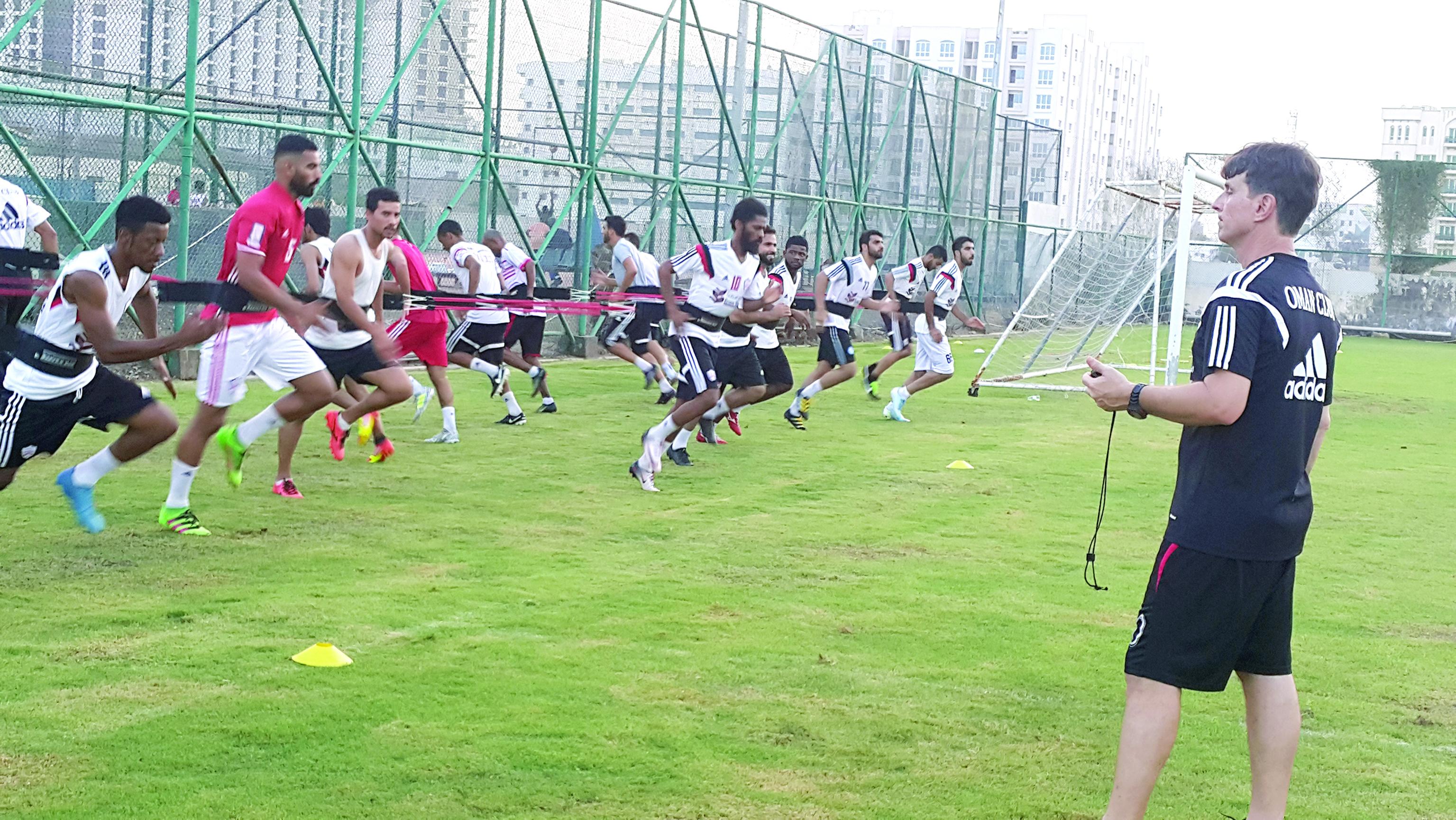 نادي عُمان لكرة القدم يرفع شعار «الهمة نحو القمة»