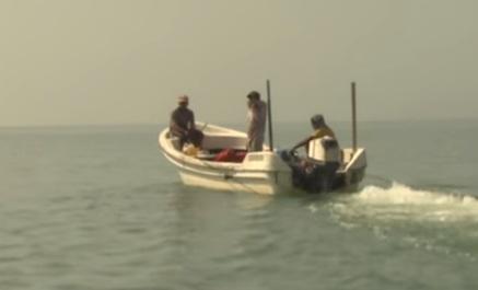 وافدون يعتدون على قارب للتلفزيون العماني ويحاولون إغراقه في البحر