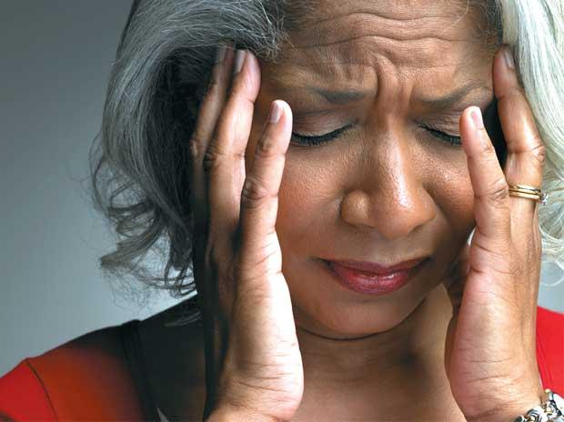 احترس.. الضغوط المالية سبب رئيسي للإصابة بالصداع النصفي المزمن