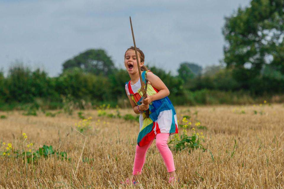 بالصور.. حقيقة عثور طفلة على سيف الملك آرثر الأسطوري