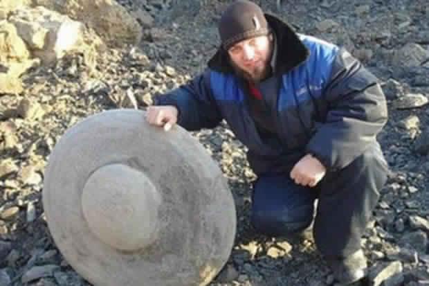 عامل مناجم روسي يعثر على بقايا طبق طائر متحطم!