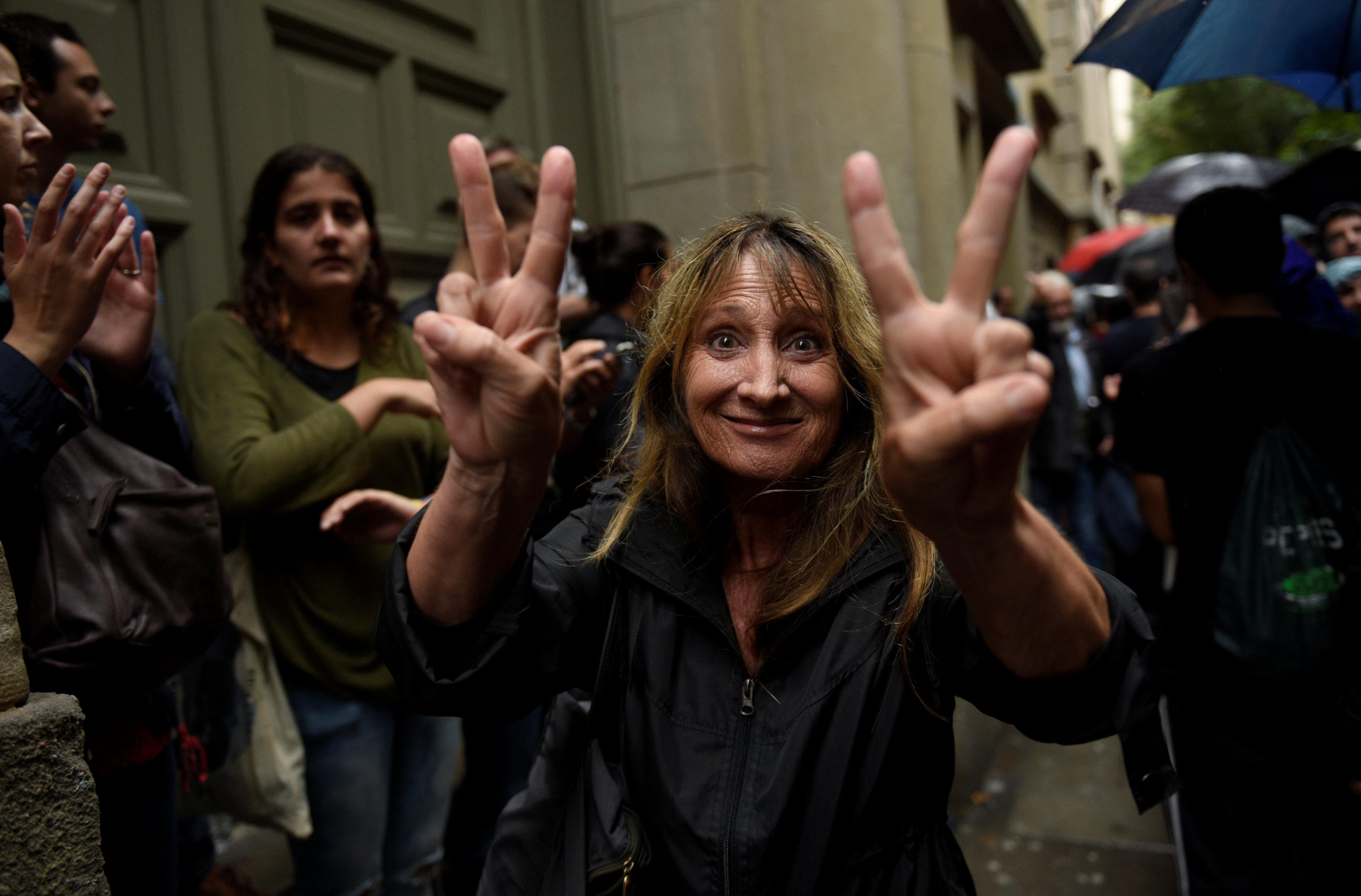 بماذا اتهمت مدريد شرطة كتالونيا بعد فشلها في منع التصويت؟
