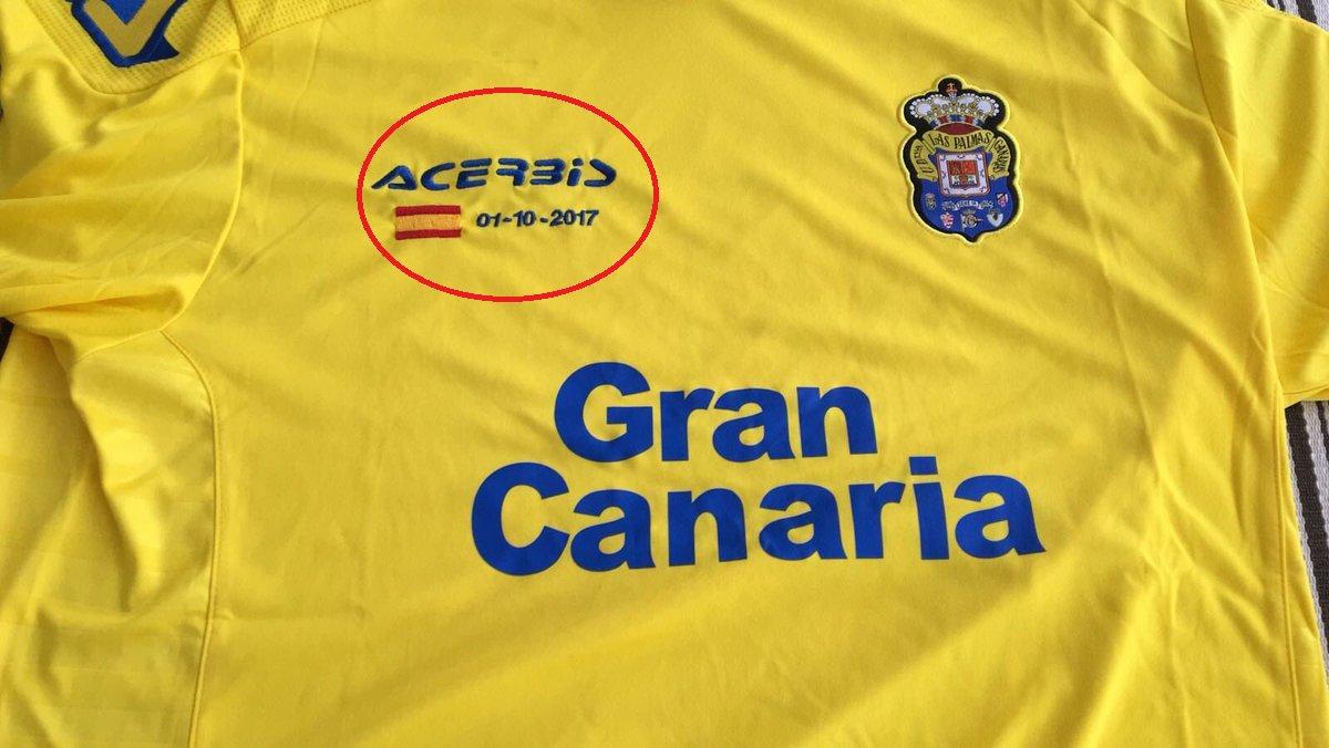 لاس بالماس يرفع علم اسبانيا في الكامب نو ردا على استفتاء كتالونيا