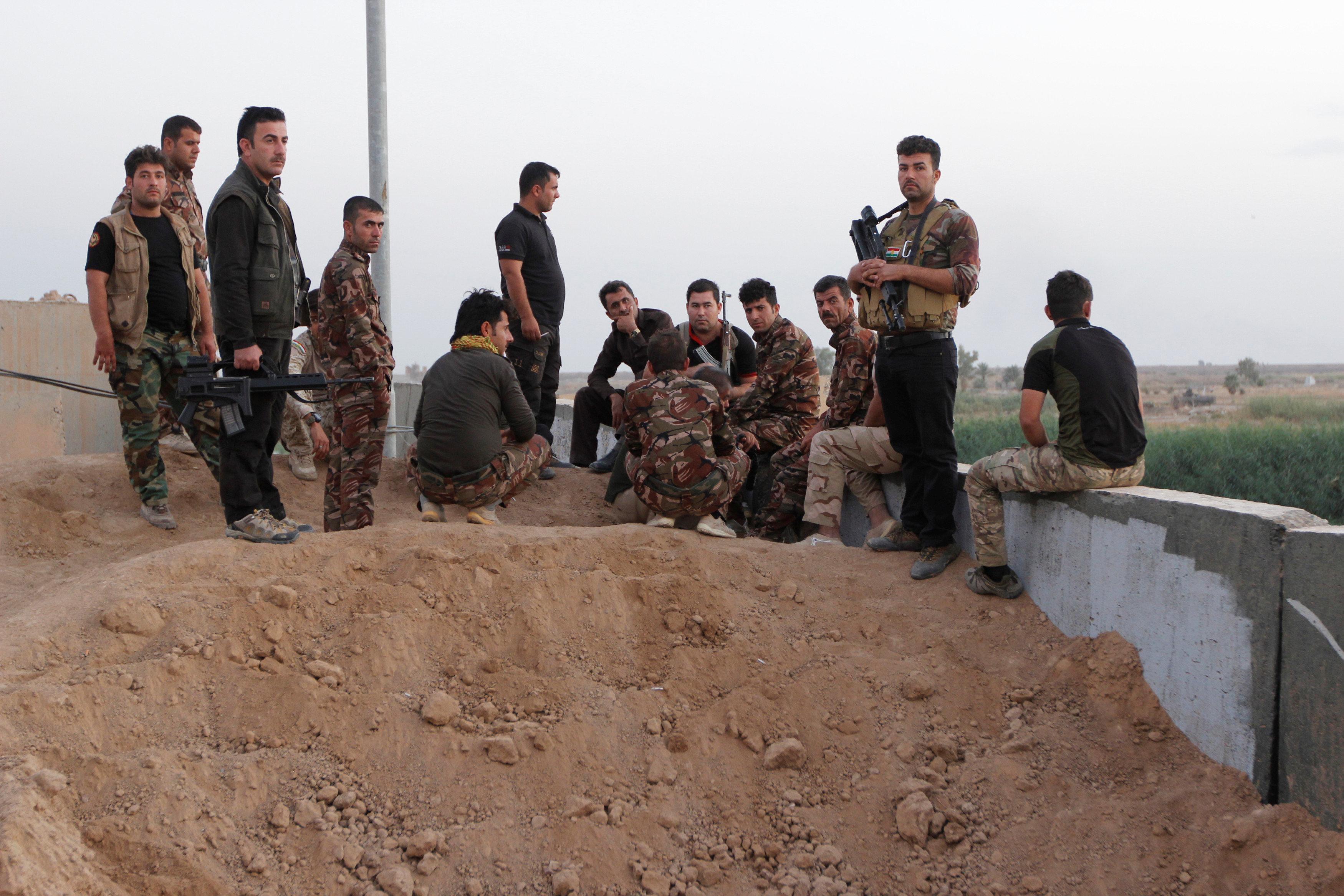 Kurds block Iraqi forces' access to Kirkuk oil fields; Iran shuts border crossings