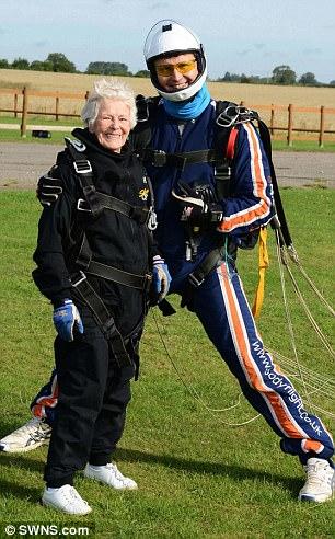 بالصور.. بريطانية عمرها 85 عامًا وهوايتها القفز بالمظلات