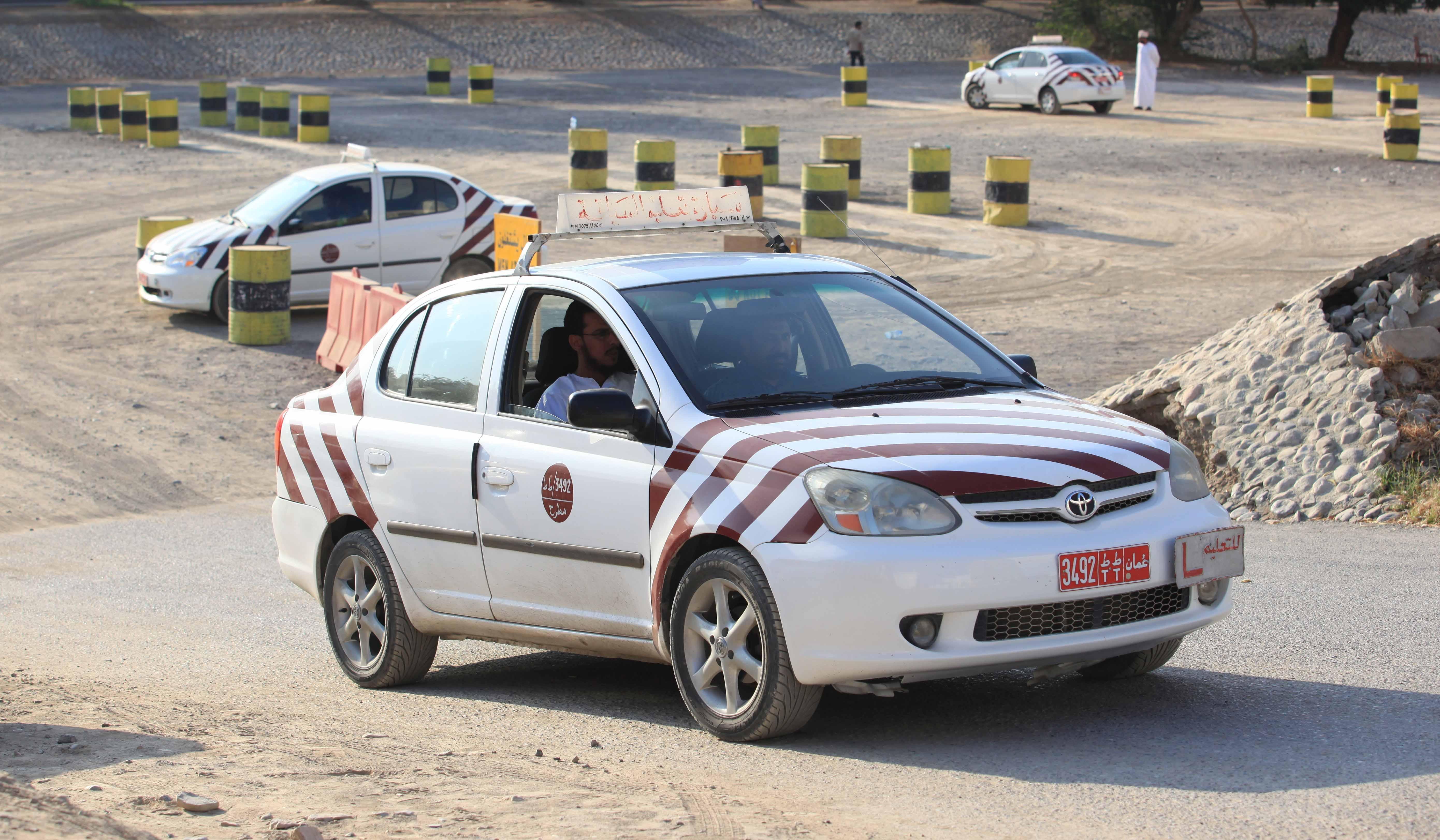 هل ينصرف العمانيون عن مهنة تعليم السياقة؟