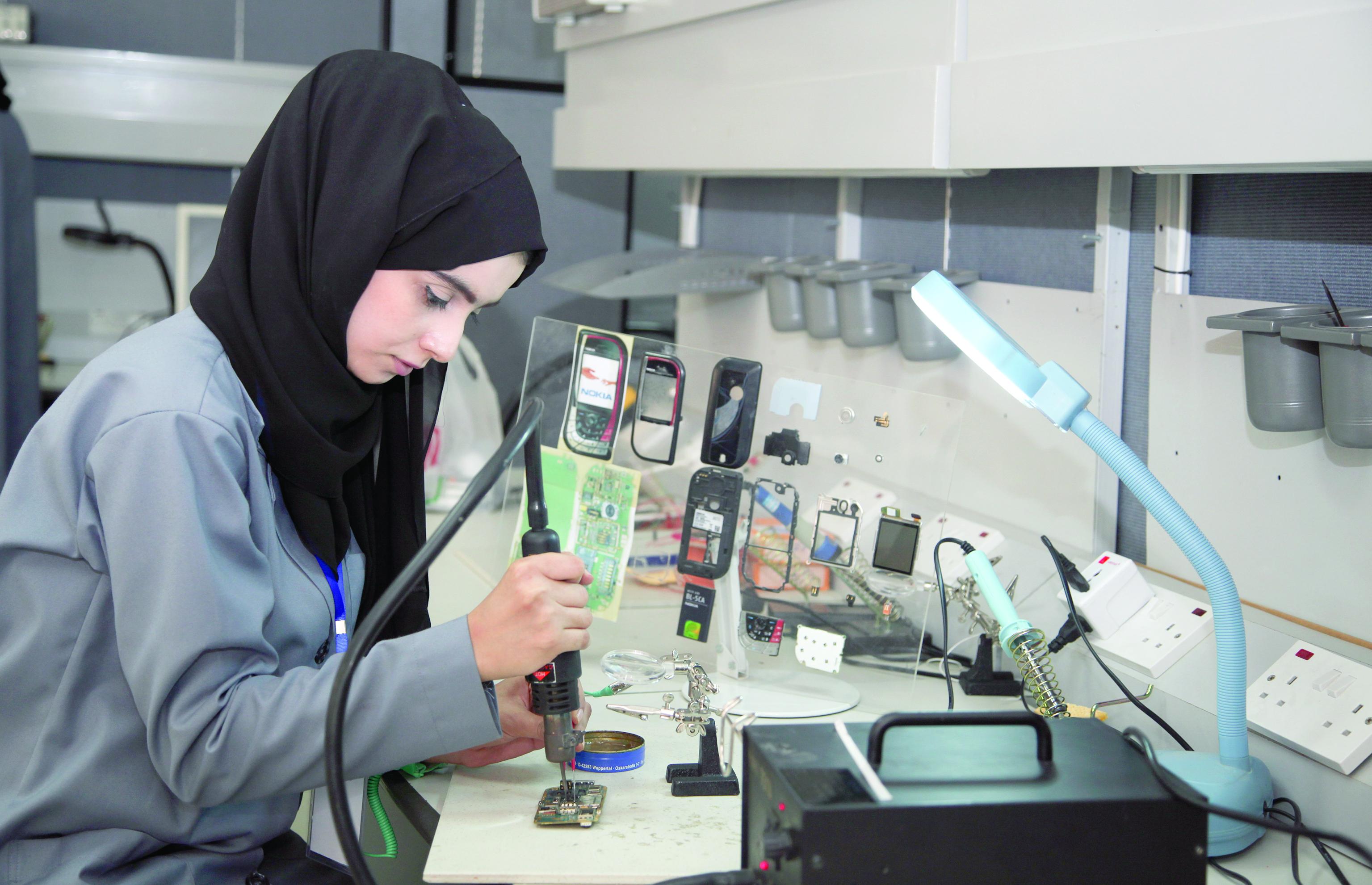 المرأة العُمانية تحضر بقوة في سوق العمل