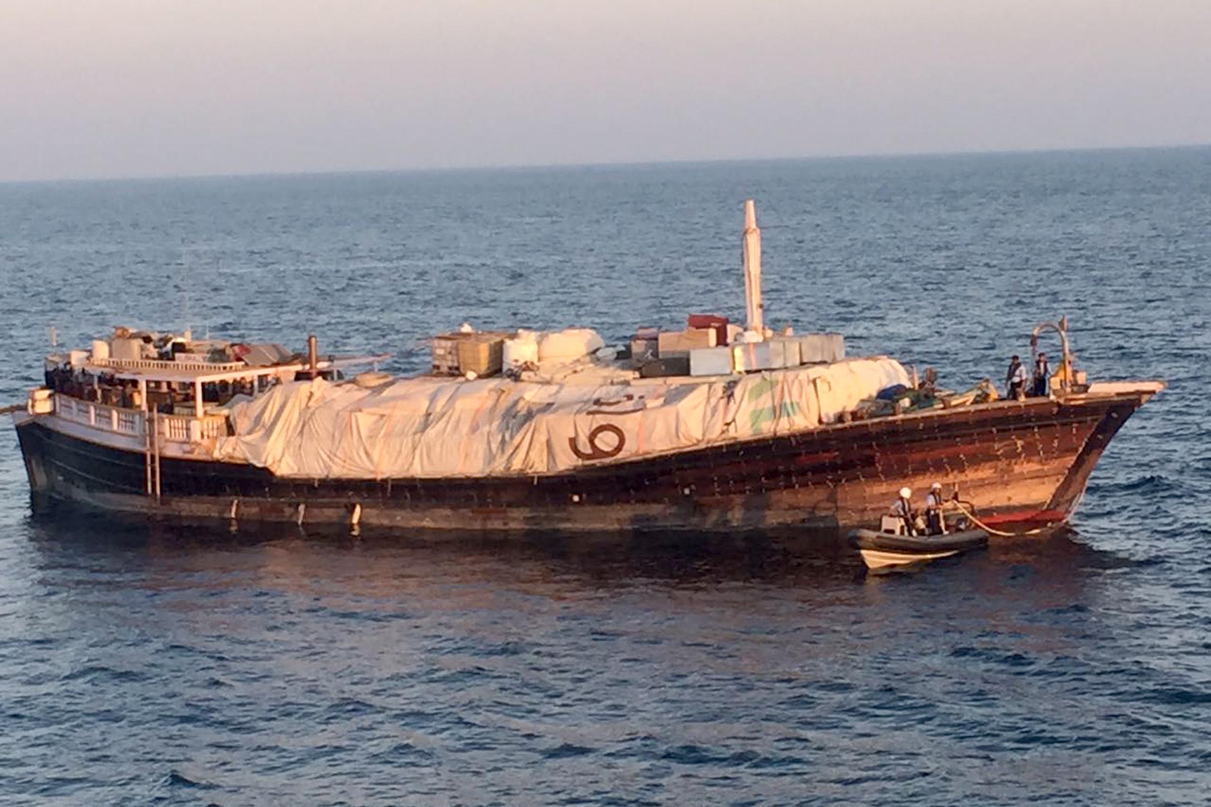 """""""البحرية السلطانية"""" تقوم بعملية قطر مركب خشبي تجاري"""