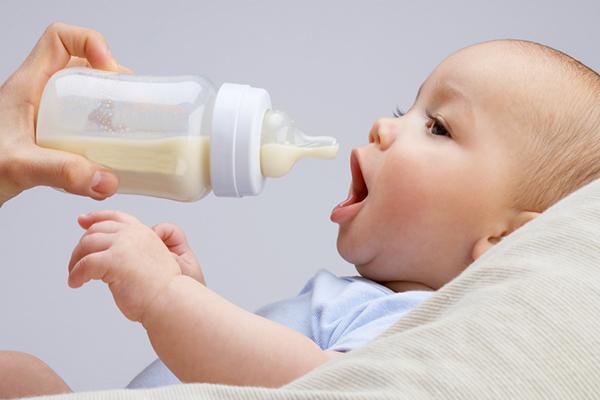 تحذير للأمهات.. رضاعات الأطفال ليست آمنة