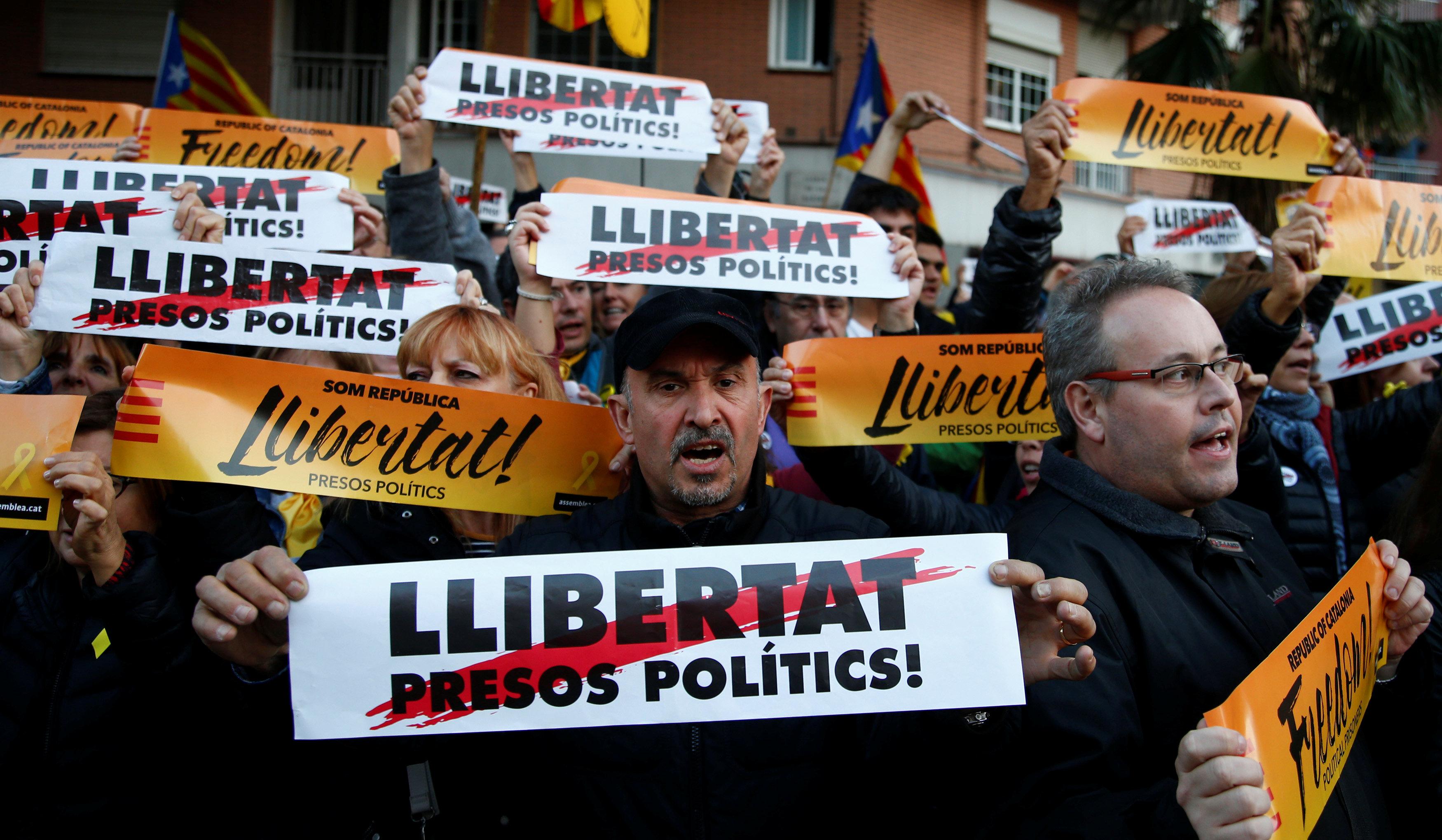 Catalan independence supporters rally in Barcelona demanding release of separatist leaders