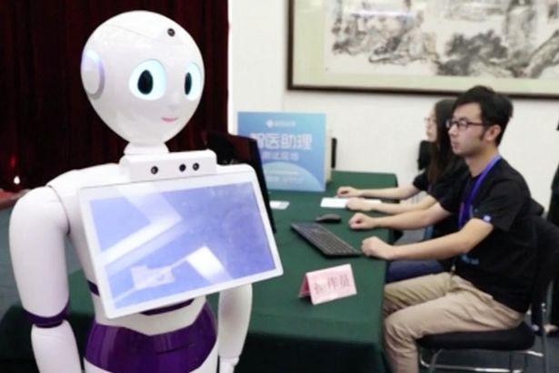 ثورة طبية.. الروبوت يفحص المرضى ويحدد الدواء!