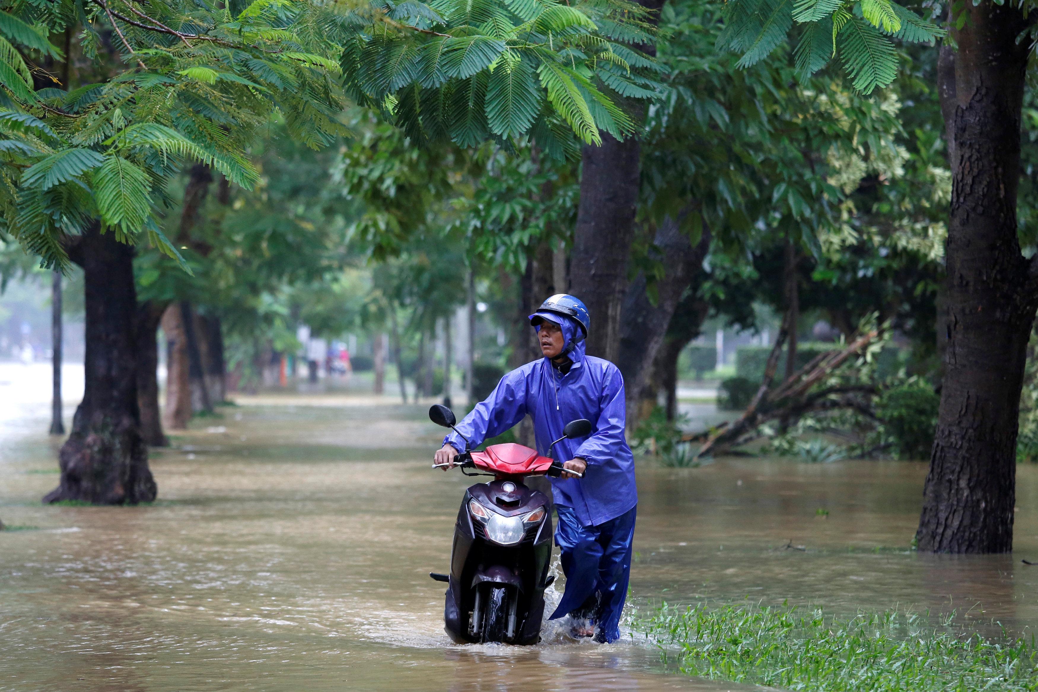 Floods swamp Vietnam as Typhoon Damrey death toll rises to 27