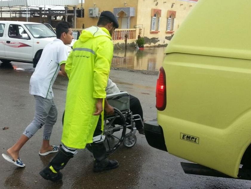 الدفاع المدني ينقذ عائلة احتجزت بمنزلها في شناص
