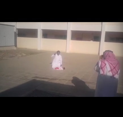 بالفيديو.. سعودي يحاول ذبح ابنه في ساحة مدرسة