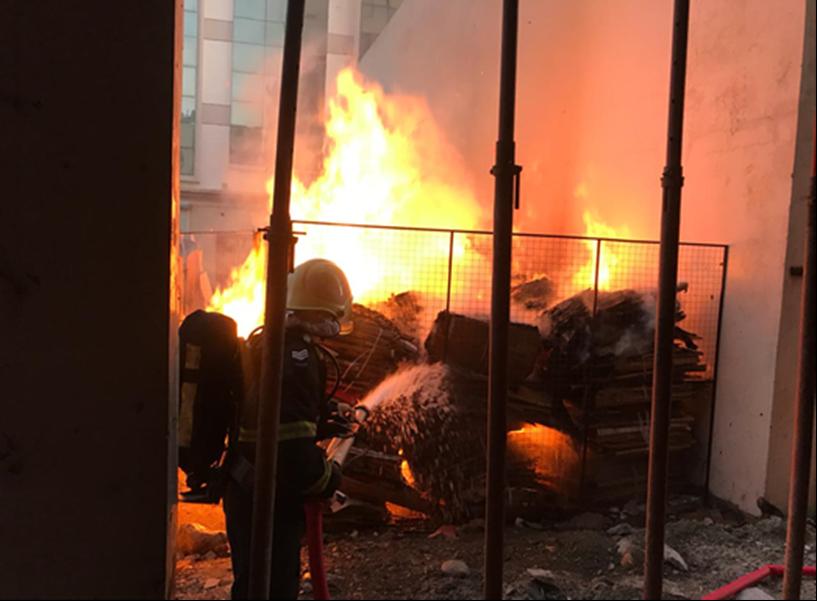 الهيئة العامة للدفاع المدني والإسعاف تسيطر على حريق بولاية السيب