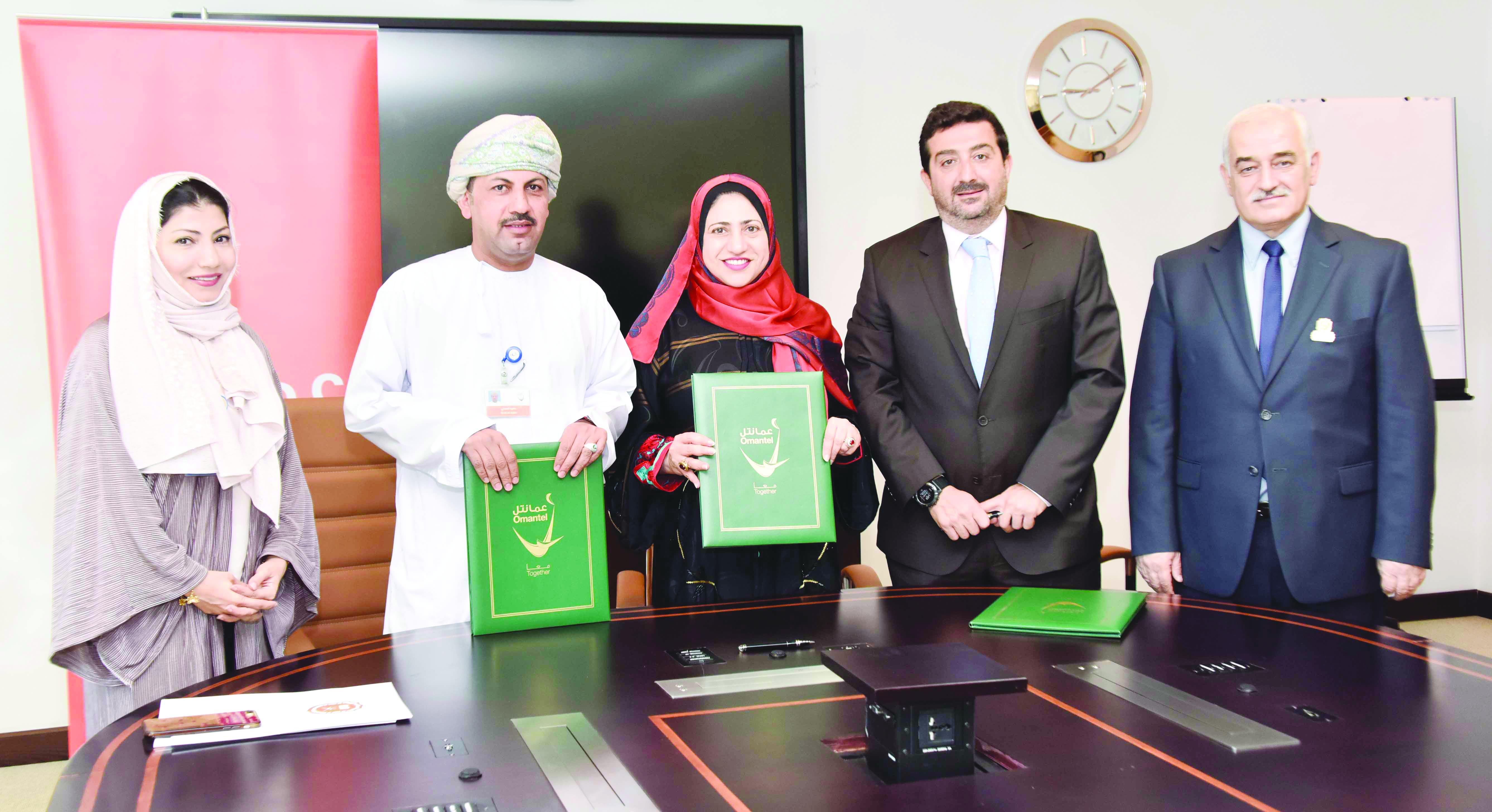 «عُمانتل» توقع مذكرة تفاهم مع جامعة السلطان قابوس