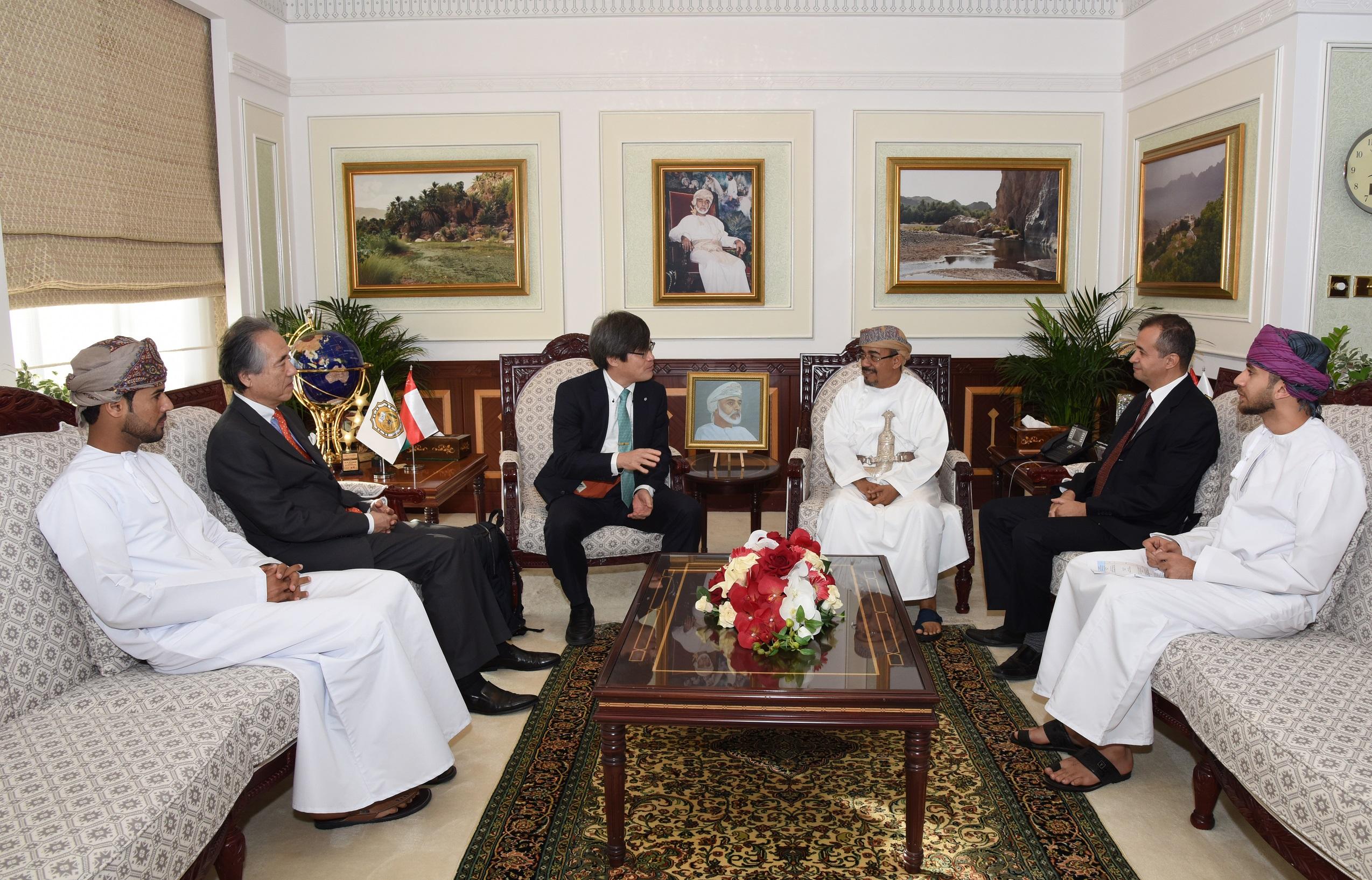 Nobel laureate Hiroshi Amano visits Sultan Qaboos University