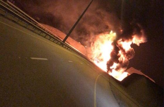تدهور ناقلة وقود واشتعال النيران بها يغلق طريق العامرات