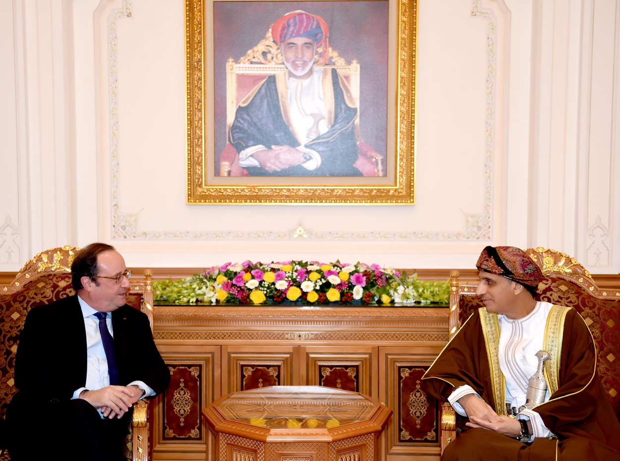 نيابة عن جلالة السلطان .. السيد فهد يستقبل الرئيس السابق للجمهورية الفرنسية