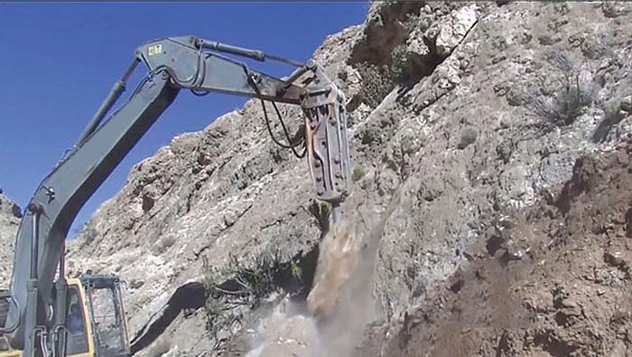 Omani villager volunteers to build road
