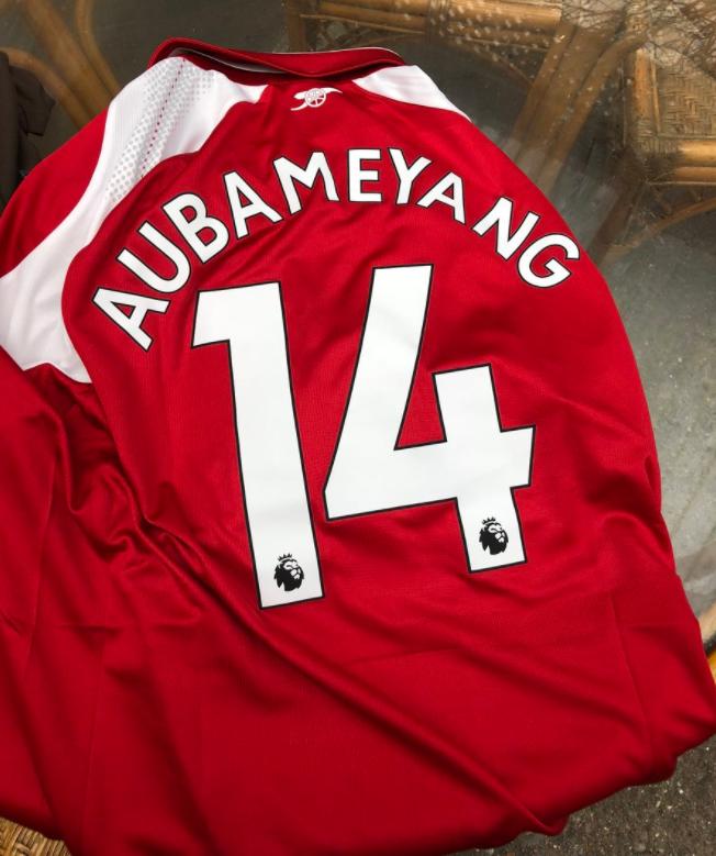 جماهير آرسنال تختار قميص أوباميانج