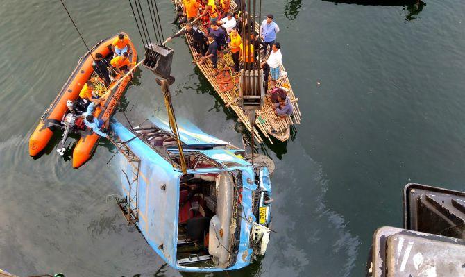 الهند: ارتفاع حصيلة القتلى بسقوط حافلة في نهر إلى 42
