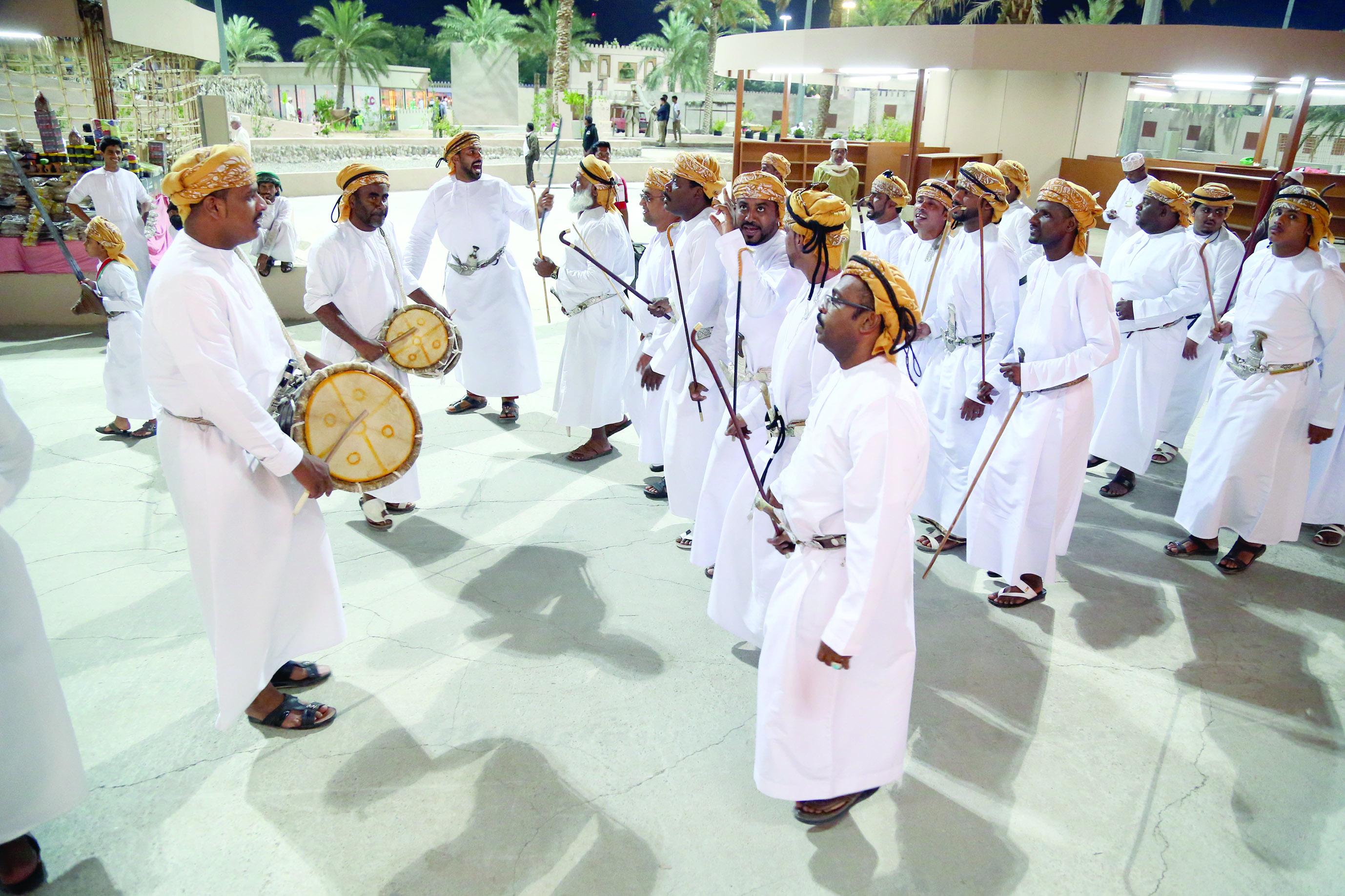 شاهد بالصور.. فنون أهل عُمان الشعبية من البدوي إلى أهل البحر
