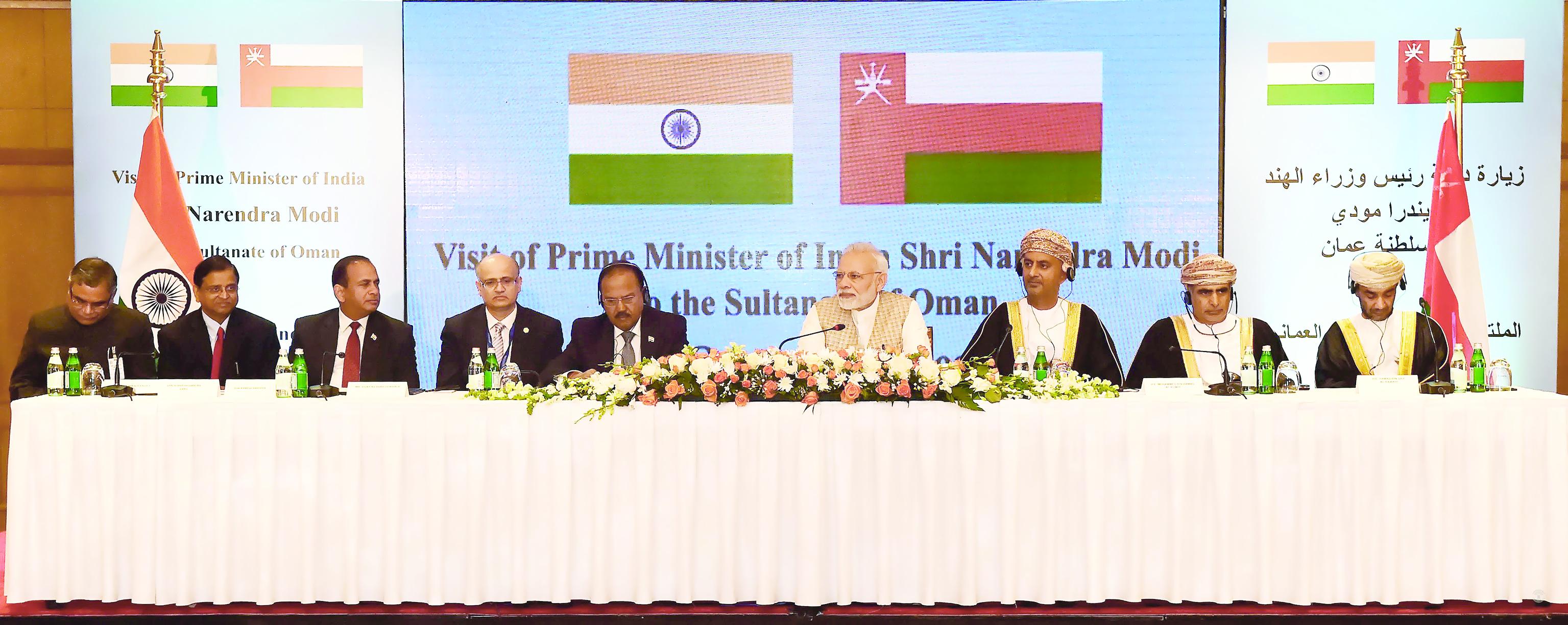 في لقاء ضم رئيس الوزراء الهندي ووزير التجارة والصناعةرجال الأعمال يبحثون الاستثمار في السلطنة والهند