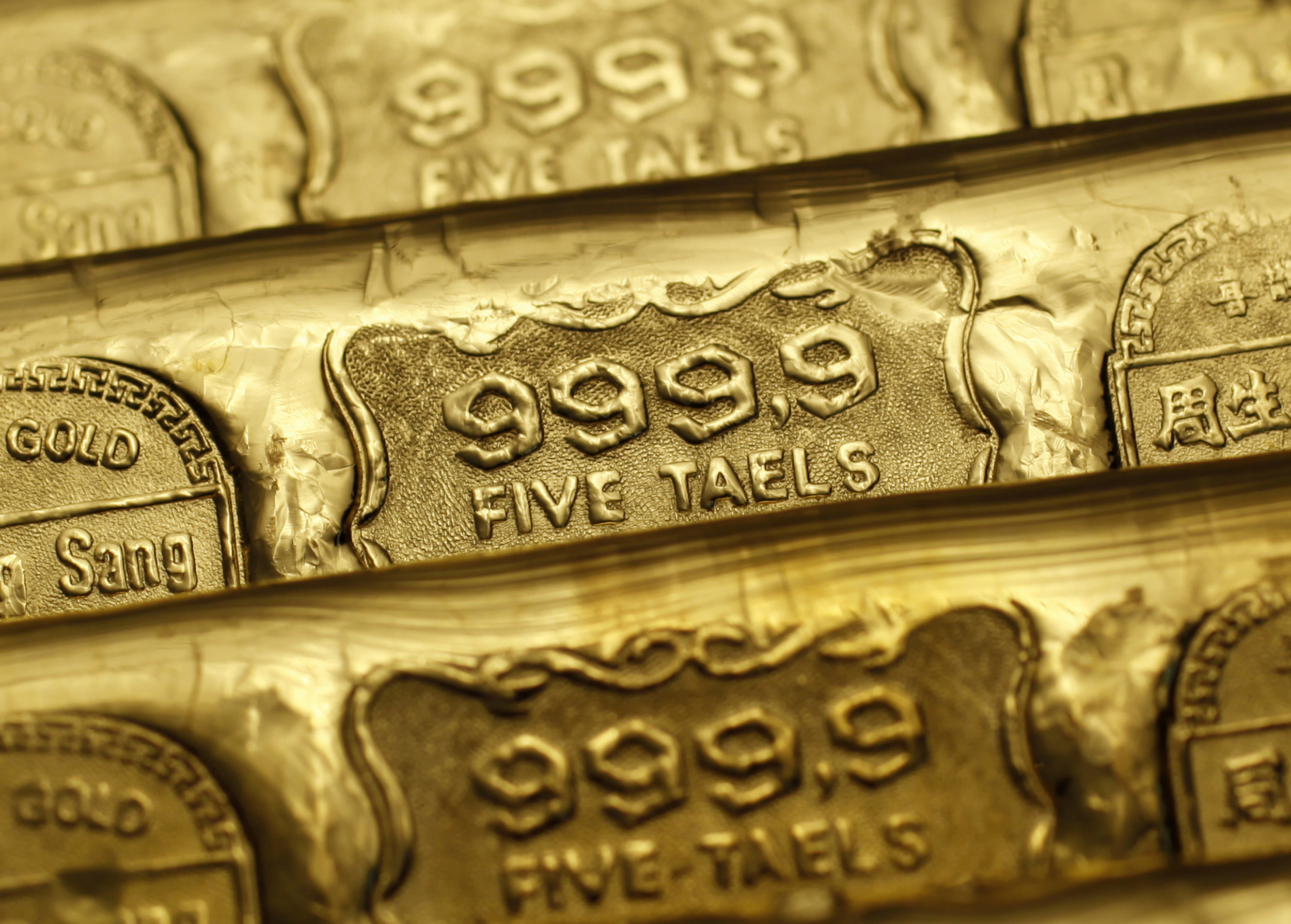 Gold prices edge lower as investors await US jobs data for guidance