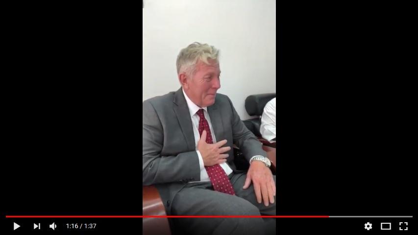 شاهد بالفيديو.. أمريكي يدخل الإسلام في السلطنة ويبكي فرحا