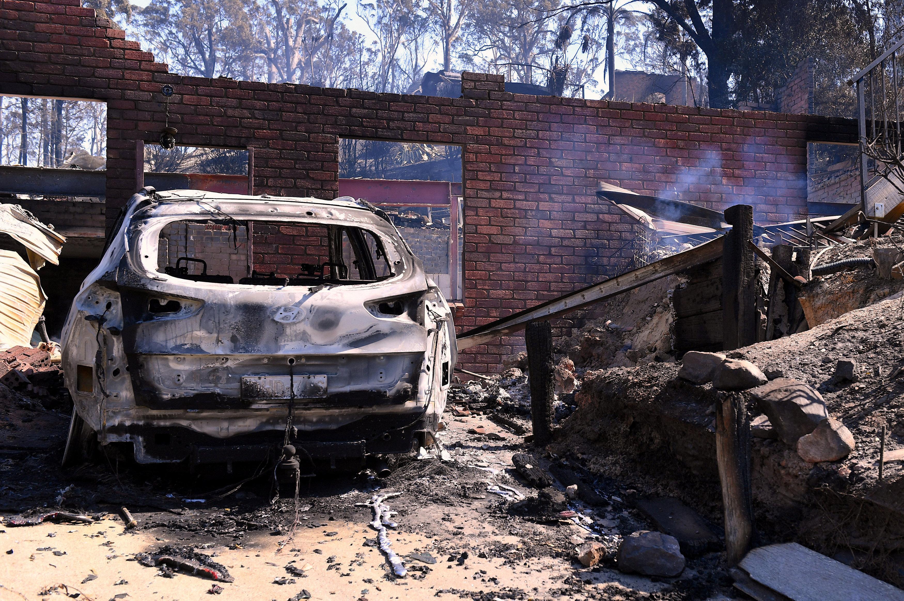 Hundreds flee as Australian bushfires destroy homes, kill cattle