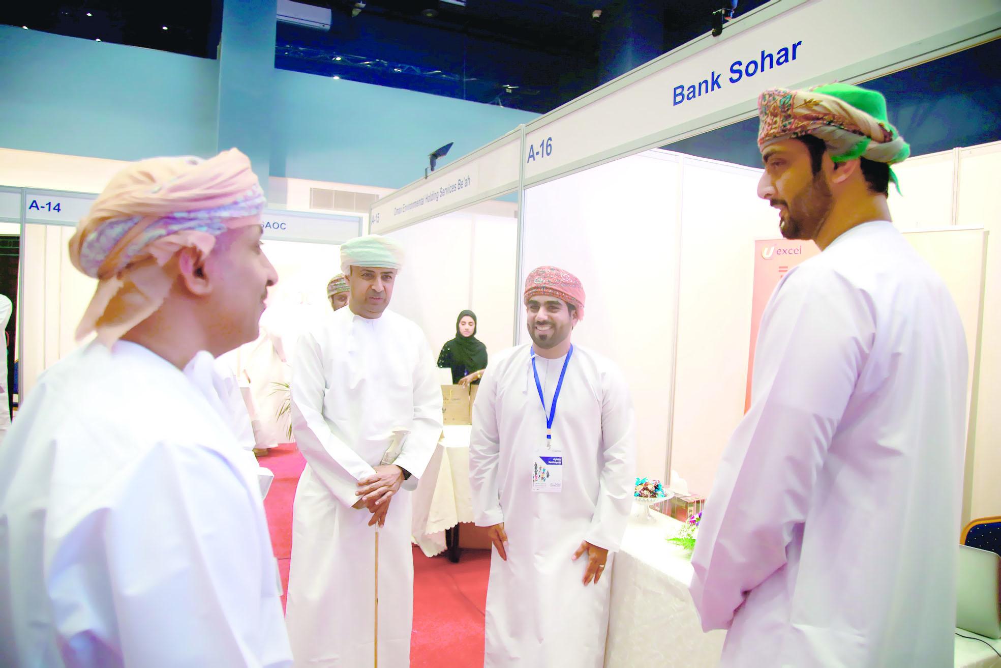 بنك صحار يشارك بـ «فرص العمل» في كلية الشرق الأوسط