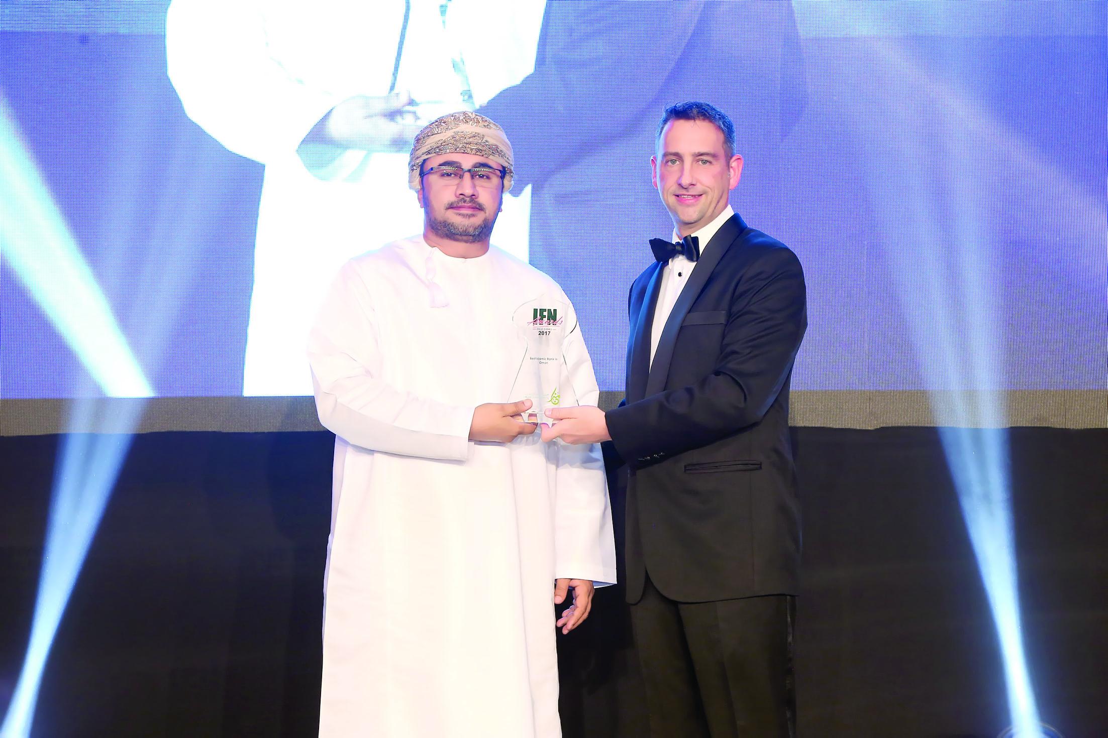 «مُزن» تحصد جائزة أفضلبنك إسلامي في السلطنة