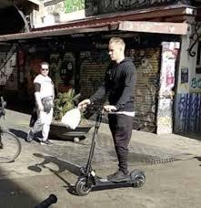 """بالفيديو.. حارس برشلونة يفضل """"سكوتر كهربائي"""" على السيارة"""